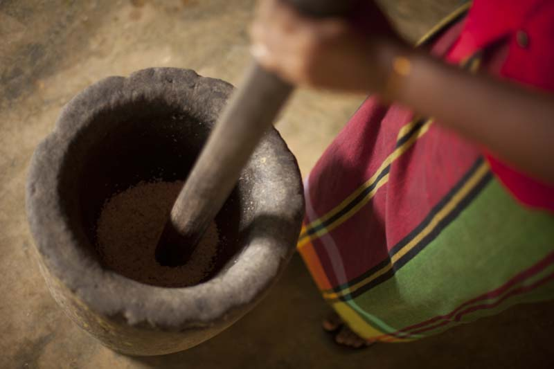 traditional methods of drinding spices in Sri Lanka