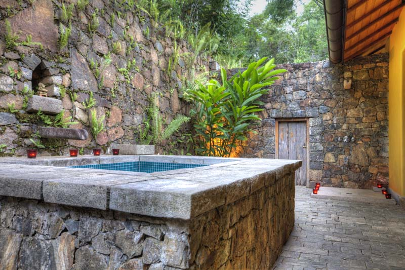 Romantic private outside bathroom and garden and plunge pool Sri Lanka